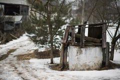 Verlaten goed wordt beschadigd met een laag bedekkend in het midden van het hof verlaten huis stock foto's