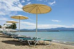 Verlaten Grieks strand Stock Afbeeldingen