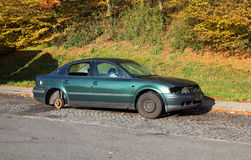 Verlaten groene auto op wegparkeerplaats Royalty-vrije Stock Afbeeldingen