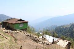 Verlaten groene hut op berg royalty-vrije stock foto's