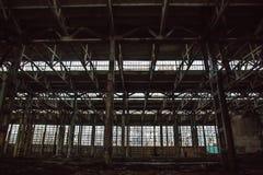 Verlaten groot industrieel zaal of pakhuis met huisvuil De fabriek van het Voronezhgraafwerktuig Royalty-vrije Stock Foto
