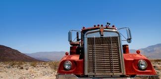 Verlaten grote oude vrachtwagen op woestijn Royalty-vrije Stock Afbeeldingen