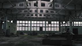 Verlaten hangaar of pakhuisvensters, van Tchernobyl, Pripyat, de Oekraïne stock video