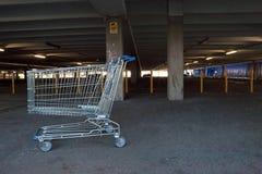 Verlaten het winkelen karretje in parkeerterrein Stock Afbeeldingen