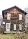Verlaten historisch huis op bewolkte dalingsdag Royalty-vrije Stock Fotografie