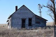 Verlaten hoeve van weg op een plattelandsgebied Royalty-vrije Stock Foto's