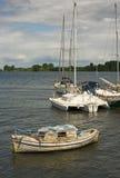 Verlaten houten die boot in een havenrivier wordt vastgelegd Royalty-vrije Stock Fotografie