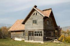 Verlaten houten huis op een berg royalty-vrije stock foto