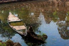 Verlaten houten vissersboot royalty-vrije stock afbeeldingen