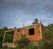 Verlaten huis in aanbouw Royalty-vrije Stock Foto's