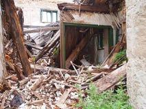 Verlaten huis binnen Stock Afbeeldingen