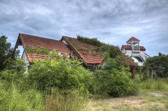 Verlaten huis in bos royalty-vrije stock foto