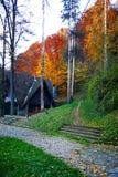 Verlaten huis in bos Stock Afbeelding