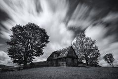 Verlaten huis in de West-Oekraïne Oud griezelig verlaten landbouwbedrijfhuis in zwart-witte kleur Een oud, lang-verlaten huis, te Stock Foto
