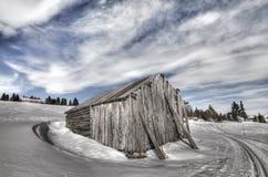 Verlaten huis in de winterlandschap in Noorwegen Stock Foto's