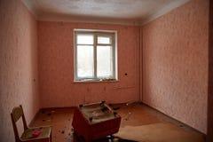 Verlaten huis die klaar voor vernieling worden stock foto