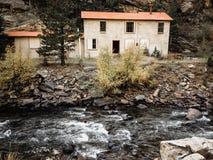 Verlaten Huis door Stroom Stock Foto's