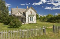 Verlaten huis in een weide royalty-vrije stock fotografie