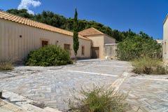Verlaten huis in mediterraan landschap stock afbeeldingen