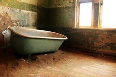 Verlaten huis met bad Stock Afbeeldingen