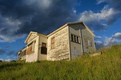 Verlaten huis op een heuvelbovenkant Royalty-vrije Stock Afbeeldingen