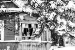 Verlaten huis in sneeuw Royalty-vrije Stock Foto's