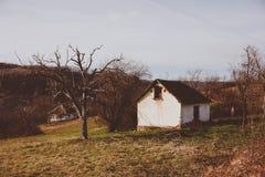 Verlaten huis in zuidelijk Servië stock afbeeldingen