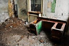 Verlaten huisbinnenland stock foto