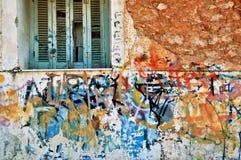 Verlaten huismuur met slordige graffiti Royalty-vrije Stock Foto's