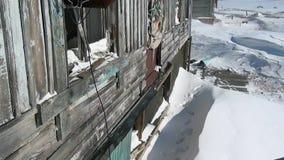 Verlaten huisspookstad van Gudym anadyr-1 Chukotka van het verre noorden van Rusland stock video