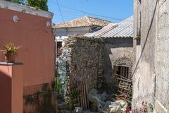 Verlaten huizen en hulpmiddelen in Rachtades stock afbeeldingen