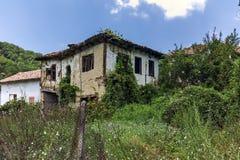 Verlaten huizen van de 19de eeuw in dorp van Zlatolist, Bulgarije royalty-vrije stock fotografie