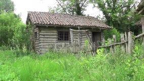 Verlaten hut en oude houten omheining stock videobeelden