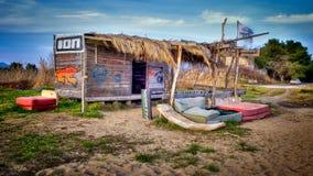 Verlaten hut op het strand in zuidelijk Kroatië Royalty-vrije Stock Afbeeldingen