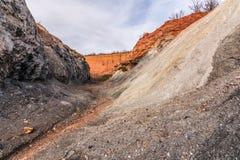 Verlaten ijzer en ampelite mijnen in Madriguera op de routes van de rode en zwarte steden in de provincie van Segovia gemeentelij royalty-vrije stock afbeelding