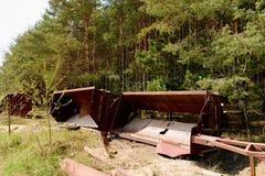 Verlaten industriële delen Roestig metallmateriaal Delen van steengroevekraan Stock Foto's