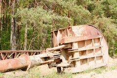 Verlaten industriële delen Roestig metallmateriaal Schop van steengroevekraan Royalty-vrije Stock Afbeelding