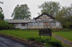 Verlaten industriële gebouwen van een verlaten dorp en een asiel Stock Afbeelding
