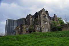 Verlaten industriële gebouwen van een verlaten dorp en een asiel Stock Foto's