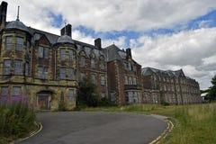 Verlaten industriële gebouwen van een verlaten dorp en een asiel royalty-vrije stock afbeelding