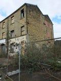 Verlaten verlaten industriële molen in huddersfield Engeland met omhoog ingescheept en gebroken vensters royalty-vrije stock afbeelding