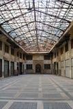 Verlaten industriële zaal Stock Afbeeldingen