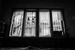 Verlaten industrieel binnenland met helder licht Stock Afbeelding