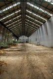 Verlaten industrieel binnenland met helder licht Royalty-vrije Stock Afbeeldingen