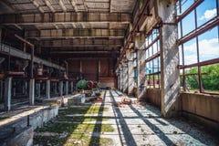 Verlaten industrieel griezelig pakhuis binnen de oude donkere bouw van de grungefabriek Stock Fotografie