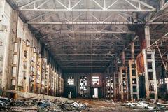 Verlaten industrieel griezelig pakhuis, de oude donkere bouw van de grungefabriek Royalty-vrije Stock Foto