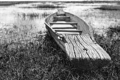 Verlaten inheemse Thaise stijl houten boot Royalty-vrije Stock Fotografie