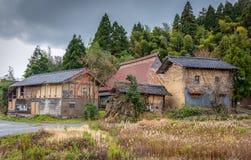 Verlaten Japanse landbouwbedrijfgebouwen stock fotografie