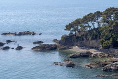 Verlaten klein strand in idyllische mediterrane inham, blauw overzees en zand vreedzaam en kalm Ontsnapping afgezonderde vakantie stock foto's