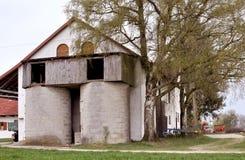 Verlaten Landbouwbedrijf in Beieren Oud Huis met Witte Blinden stock afbeeldingen